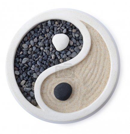 Photo pour Un petit jardin zen ying yang symbole isolé sur blanc - image libre de droit