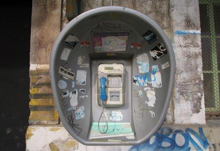 Photo pour Une cabine téléphonique à Marseille - image libre de droit