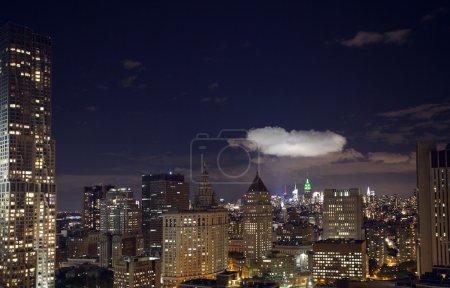 Photo pour Râtez et tours à manhattan skyline Découvre dans la nuit - image libre de droit