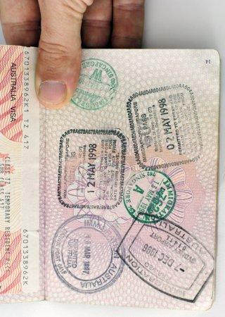 Photo pour Timbres d'entrée et de visa sur un passeport du Royaume-Uni - image libre de droit
