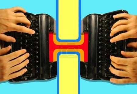 mains sur une vieille machine à écrire