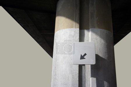 Photo pour Un signe de flèche et pilier de survol - image libre de droit