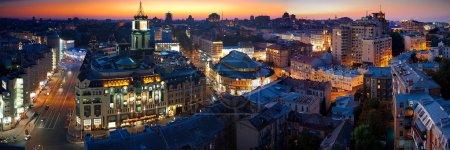 Photo pour Photo panoramique de la ville de kiev dans la nuit - image libre de droit