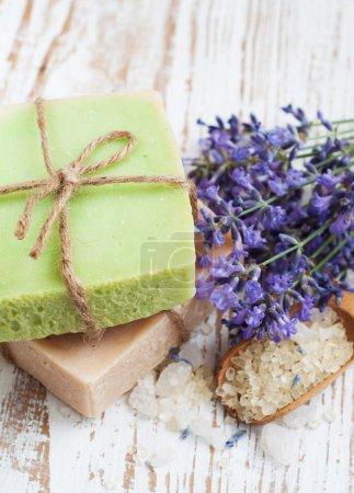 Photo pour Savon naturel à base de plantes à la main avec des fleurs de lavande - image libre de droit