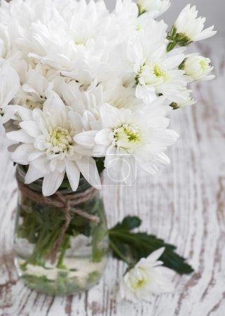 Photo pour Vase avec chrysanthème blanc sur fond bois - image libre de droit