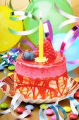Barevné narozeninový dort se svíčkou