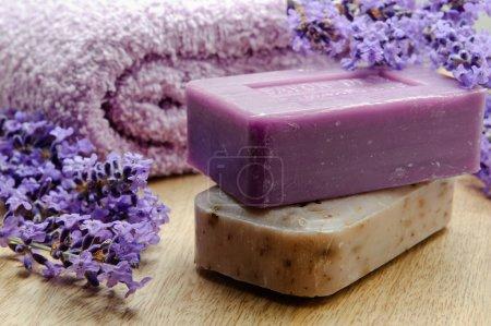 Photo pour Savon lavande de marseille avec un chiffon doux et de fleurs de lavande - image libre de droit