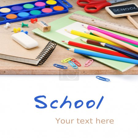 Photo pour Fournitures scolaires colorées sur fond de bureau en bois - image libre de droit