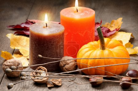Photo pour Cadre automnal avec bougies, citrouille, noix et feuilles - image libre de droit
