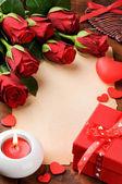 Cornice di San Valentino con le rose rosse e carta depoca