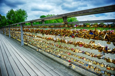 Photo pour Serrures d'amour sur le pont de Paris lors d'une journée nuageuse - image libre de droit