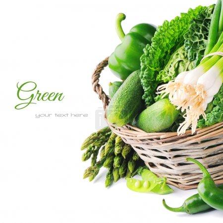 Photo pour Légumes verts frais dans un panier en osier - image libre de droit