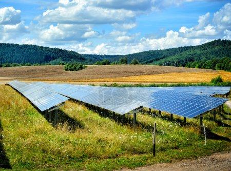 Foto de Paisaje con campo de energía solar en el soleado día de verano - Imagen libre de derechos
