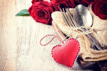 Photo pour Réglage de la table rustique avec des roses rouges pour le dîner de St Valentine - image libre de droit