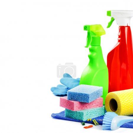 Photo pour Produits de nettoyage colorés isolés sur blanc - image libre de droit