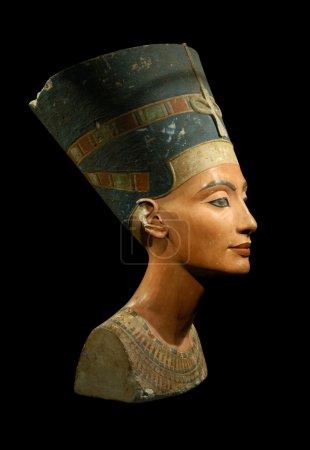 Photo pour Célèbre buste de la Reine que Nefertiti isolée sur fond noir - image libre de droit