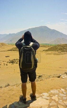 """Photo pour Homme prenant des photos d'une montagne située dans la ville sainte de """"Caral"""", la plus ancienne ville d'Amérique du Sud au Pérou . - image libre de droit"""