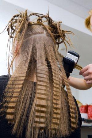 Photo pour Un coiffeur avec des fers à repasser - image libre de droit