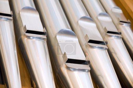 Photo pour Tuyaux d'orgue dans une église - image libre de droit