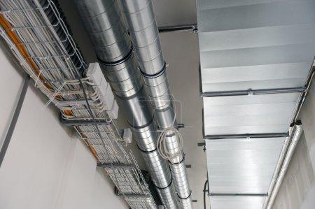 Photo pour Nouveau plafond avec les systèmes de ventilation et les câbles électriques - image libre de droit