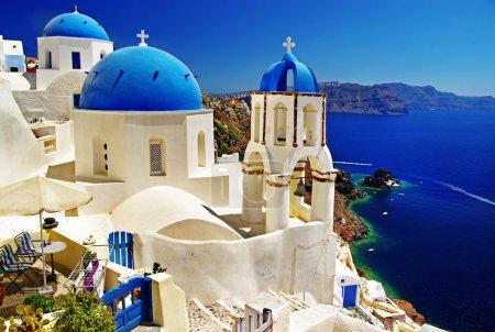 Photo pour Santorin blanc-bleu - vue sur la caldeira avec églises - image libre de droit