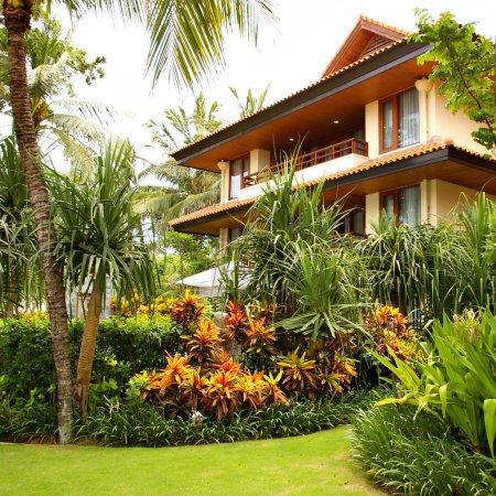 Photo pour Villa tropicale avec beau jardin - image libre de droit