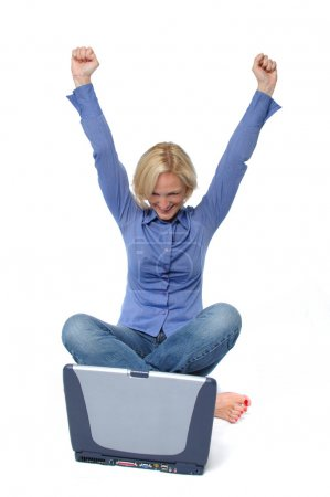 Photo pour Attrayant excité blond avec ordinateur portable isolé sur blanc - image libre de droit