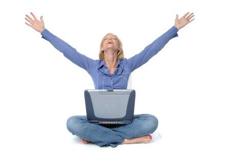 Foto de Atractiva rubia en el portátil celebrando aislado en blanco - Imagen libre de derechos