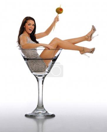 Photo pour Jeune femme brune dans un verre Martini isolé sur un fond blanc - image libre de droit