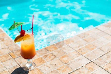 Photo pour L'orange cocktail près de la piscine - image libre de droit