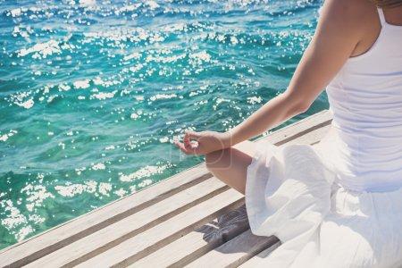 Photo pour Sérénité et yoga pratique à la mer - image libre de droit