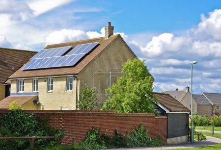 Foto de Paneles solares en una azotea doméstica produciendo energía solar - Imagen libre de derechos