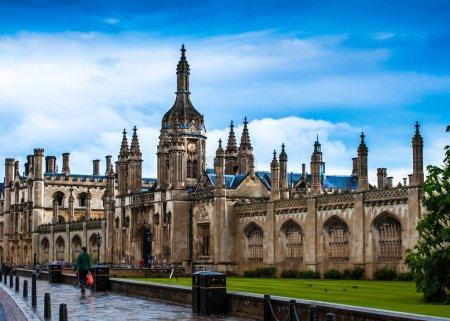 Photo pour Chapelle du Collège du roi et la pelouse en face d'elle. Cambridge. UK .sur un après-midi humide - image libre de droit