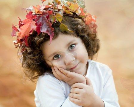 Photo pour Brunette fille dans une couronne d'automne - image libre de droit
