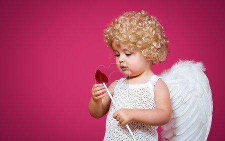 Photo pour Cupidon de bébé avec une flèche et ailes - image libre de droit