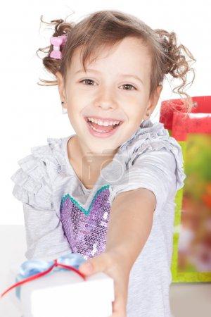 Photo pour Image de drôle de petite fille donnant un cadeau sur blanc - image libre de droit