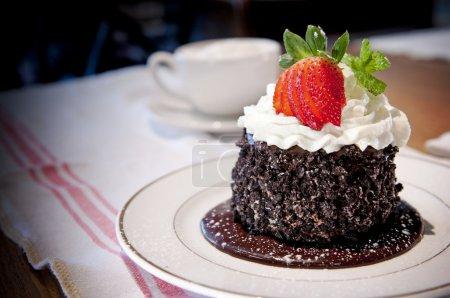 Photo pour Délicat gâteau au chocolat avec crème fouettée et de fraises. - image libre de droit