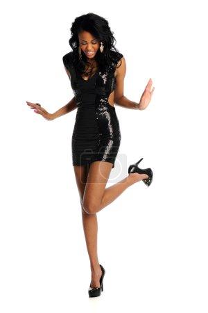 Photo pour Belle jeune femme afro-américaine en robe noire isolé sur fond blanc - image libre de droit