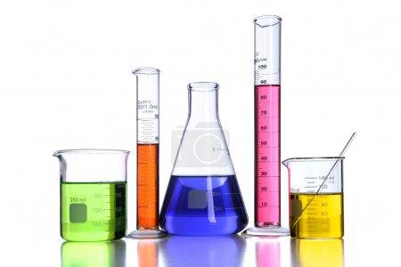Photo pour Béchers et verrerie de laboratoire isolés sur fond blanc avec reflets - Avec chemin de coupe - image libre de droit