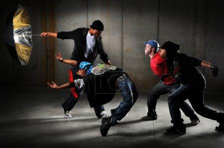 Photo pour Hip hop hommes performer et agir sur un fond urbain - image libre de droit