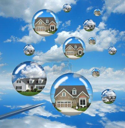 Photo pour Problèmes du marché immobilier représentés par des maisons à bulles sur le point d'éclater - image libre de droit