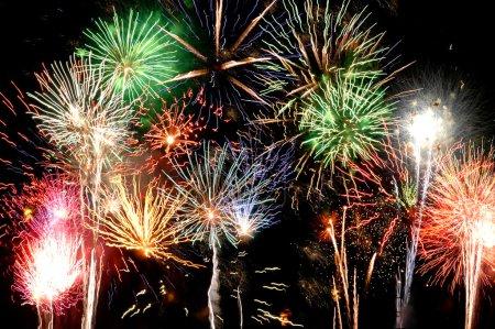 Photo pour Feux d'artifice : les lumières multicolores grande finale contre le ciel noir - image libre de droit