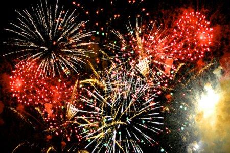 Photo pour Firewoks dans la célébration de la grande finale sur un ciel sombre - image libre de droit