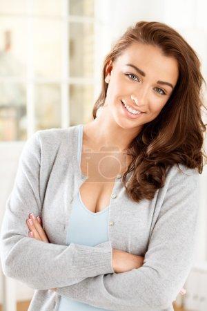 Photo pour Attrayant jeune femme regardant la caméra et souriant - image libre de droit