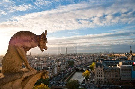 Photo pour Gargoyle surplombant Paris sur Notre Dame de Paris - image libre de droit