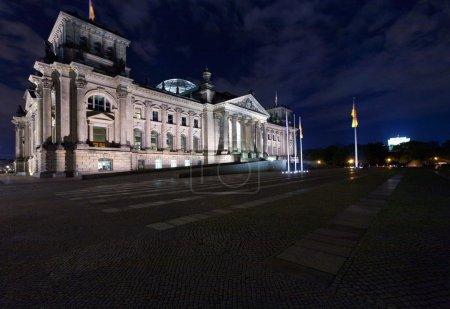 Photo pour Spree et le reichstag building (1884-1894) siège du Parlement allemand, conçu par paul wallot, berlin, Allemagne - image libre de droit