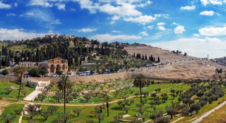 Photo pour Panorama - Église Couvent de mary magdalene sur le Mont des oliviers, Jérusalem et les nations du - image libre de droit