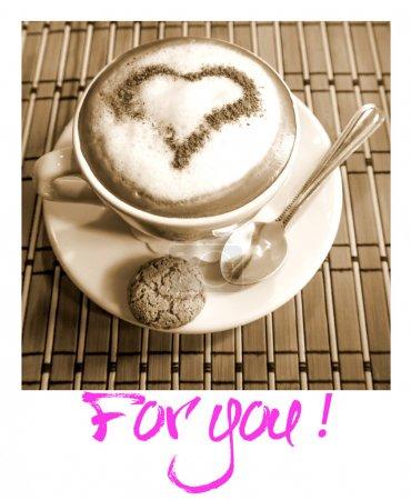 """Photo pour Cappuccino tasse de café avec un cœur de cannelle sur une peau laitière et une inscription """"pour vous """" - image libre de droit"""