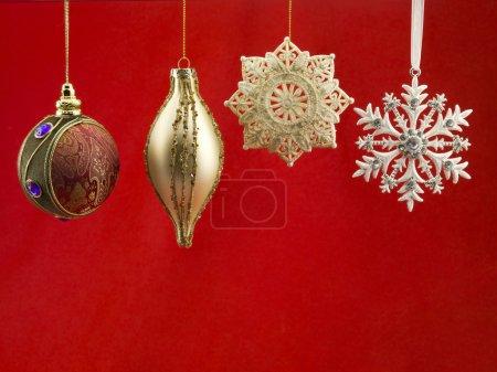 Photo pour Gros plan de boule de Noël sur fond rouge . - image libre de droit