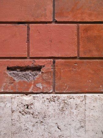Photo pour Un mur de brique qui est acutally un motif brick gravé sur le mur - image libre de droit